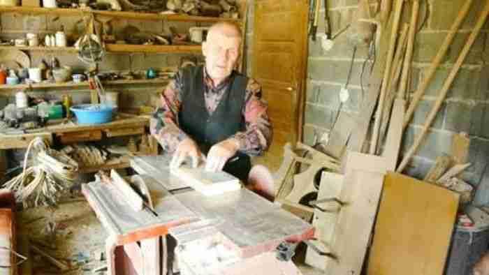 Iako slijep, više od 40 godina uspješno rukuje mašinom za obradu drveta i živi od vlastitog rada