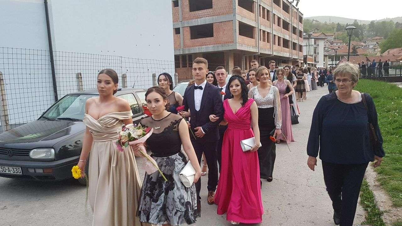 (FOTO/VIDEO) Maturanti MSEUŠ Travnik: Mladost i ljepota defilovala glavnom ulicom u Travniku
