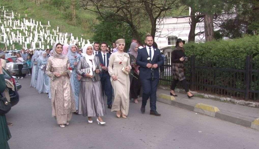 (FOTO) Maturanti Elči Ibrahim-pašine medrese prodefilovali ulicama Travnika