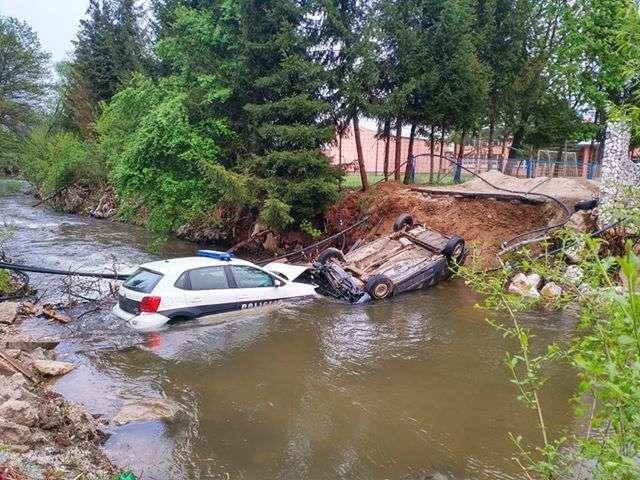 (foto) nevjerovatne fotografije iz novog travnika: policija i bjegunci u rijeci u stojkovićima