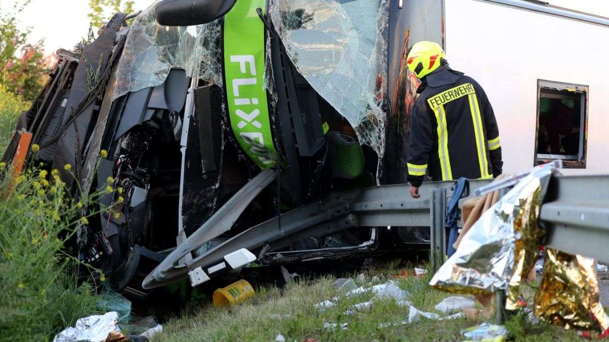 (foto) u autobusnoj nesreći u njemačkoj jedna osoba poginula, 60 povrijeđenih
