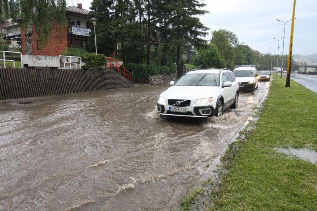 Oprez, poplave i odroni otežavaju saobraćaj u BiH