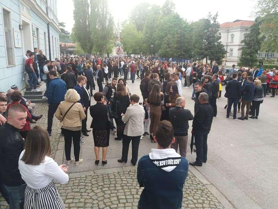 "(FOTO) Maturanti KŠC ""Petar Barbarić"" prodefilovali ulicama Travnika"