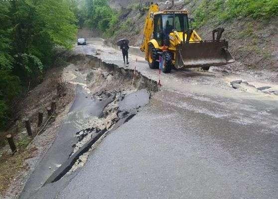 Klizište kod Bosanske Krupe uništilo cestu, poplavljeno 40 kuća