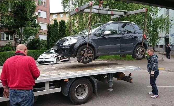 počela akcija uklanjanja nepropisno parkiranih vozila