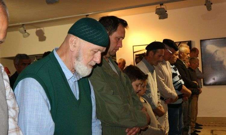 Sve više vjernika obavlja namaze u kompleksu Memorijalnog centra Potočari