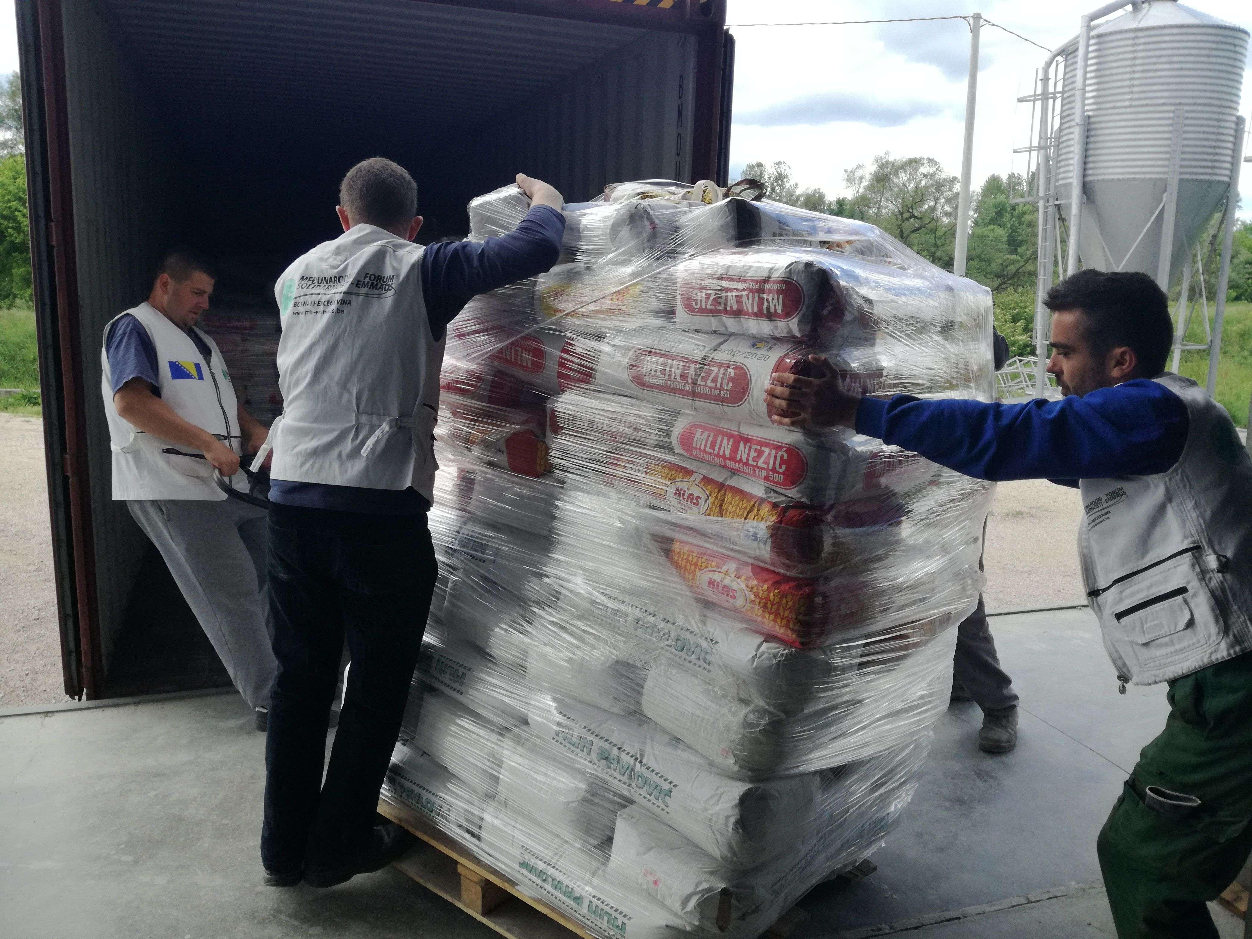 danas za siriju poslata dva šlepera humanitarne pomoći (foto)