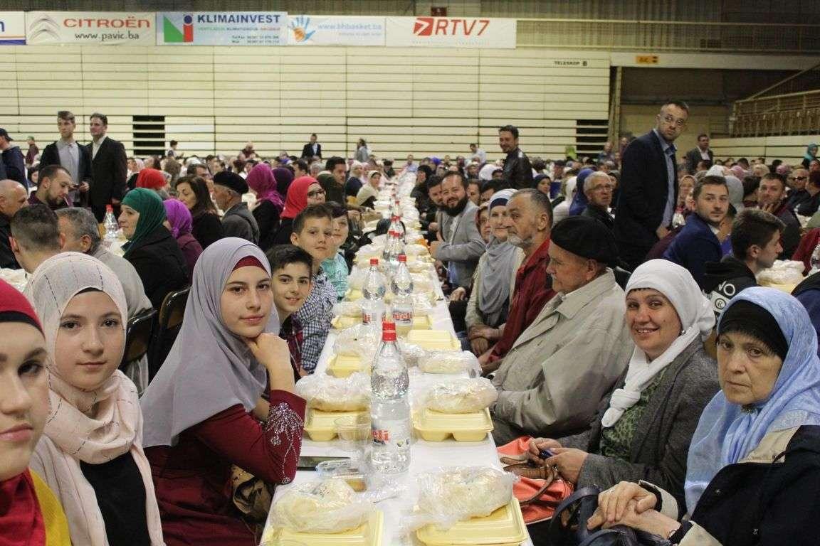 Oko 2.000 građana Tuzle iftarilo u Mejdanu