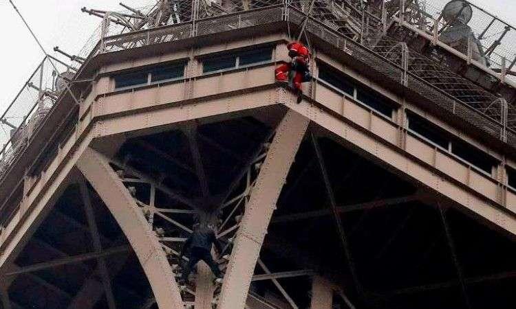 eiffelov toranj evakuiran zbog muškarca koji se popeo na 276 metara visine