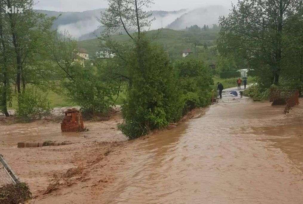 Iz korita se izlila rijeka Krivaja te poplavila više kuća, kritičan i vodostaj Usore