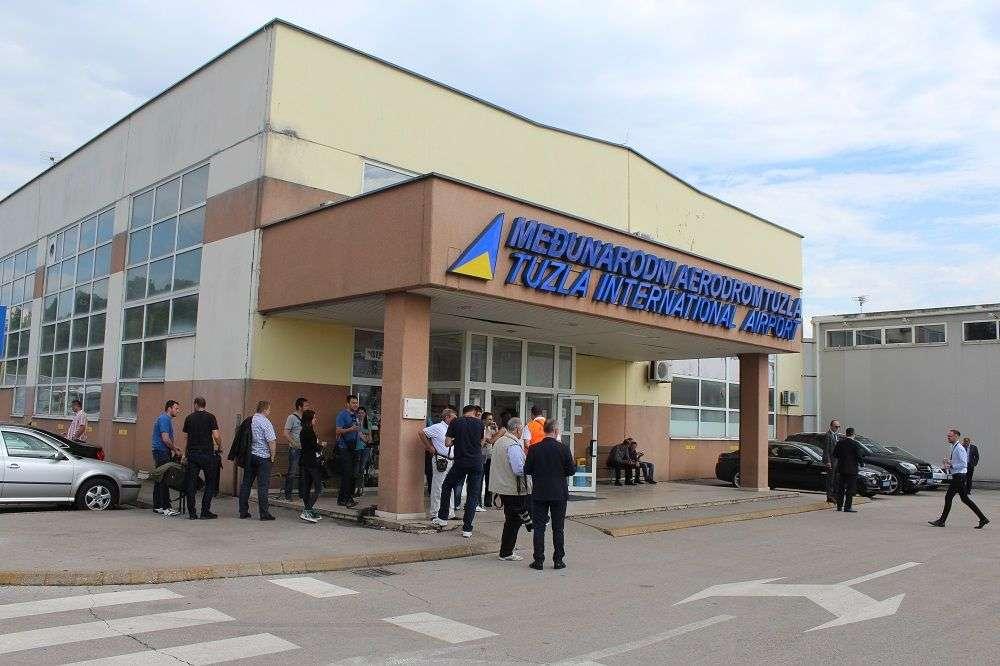 Avion iz Danske umjesto na Tuzlanski aerodrom sletio u Beograd