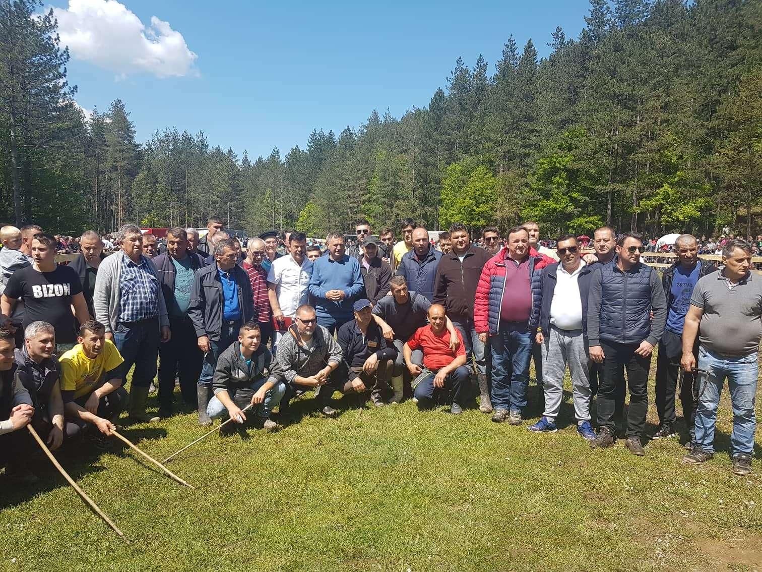 Hiljade ljudi iz cijele BiH uživa u vašaru, teferiču i borbi bikova na turističkoj destinaciji Buk kod Olova