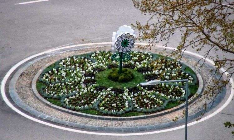 U gradskoj jezgri Kaknja postavljen 'Cvijet Srebrenice' - simbol genocida