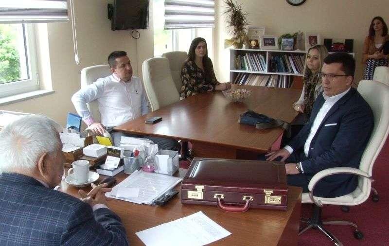 (video) gradska biblioteka travnik i iut potpisali sporazum o saradnji