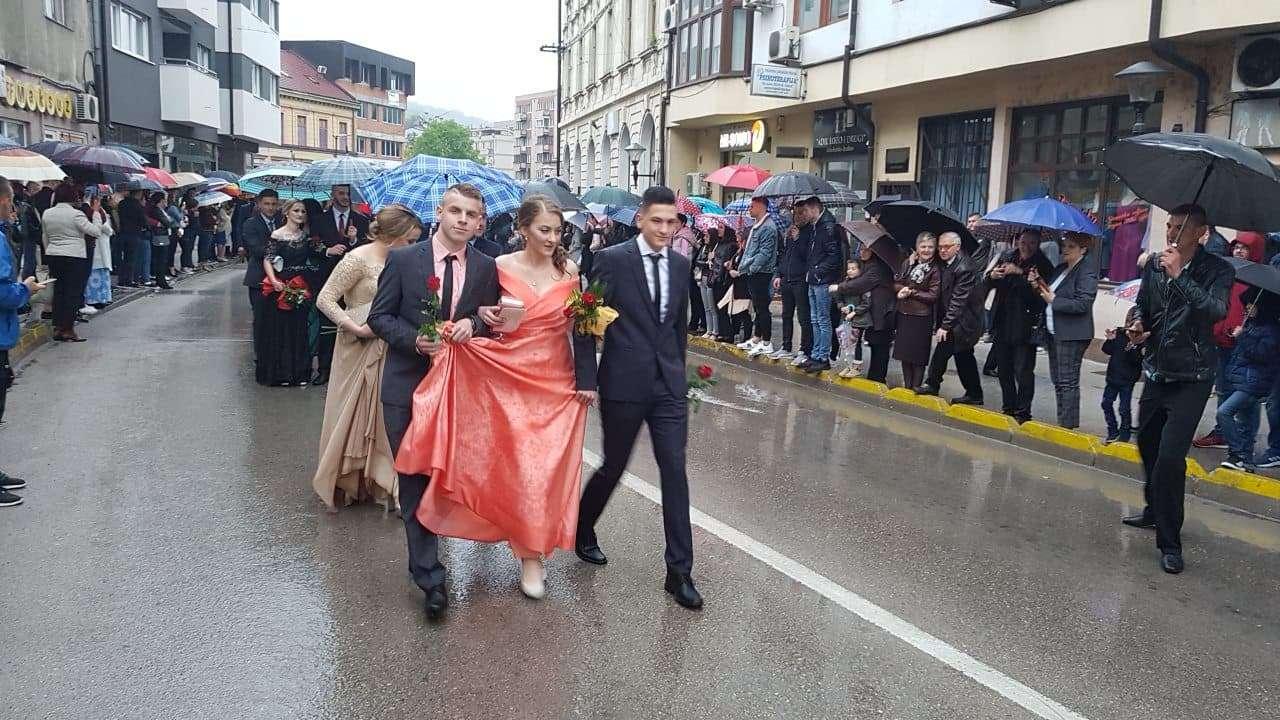 (FOTO/VIDEO) MSTŠ Travnik: Maturski defile 72. generacije maturanata