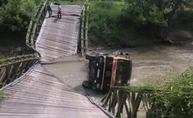 urušio se most na spreči, kamion s vozačem završio u rijeci