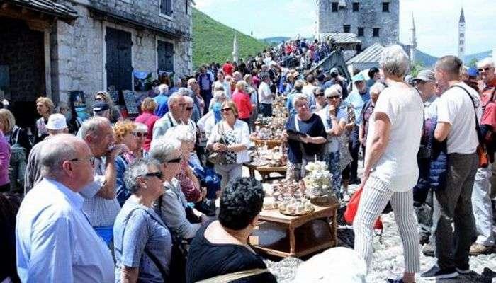 Brojni domaći i strani turisti preplavili Mostar