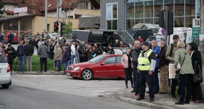 protesti ispred vstv-a, građani traže ostavke, stigao i mektić
