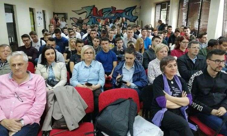 srednjoškolci iz tuzle slušali predavanja o antimilitarizmu