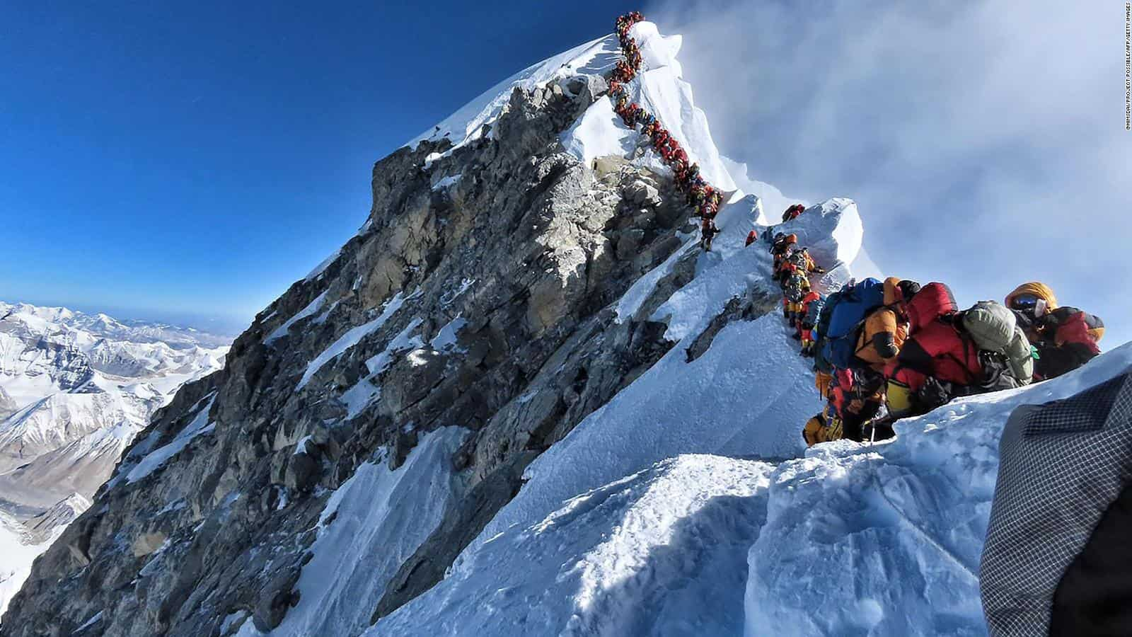 šerpasi na mount everestu pokupili tijela četvorice planinara i 11 tona smeća