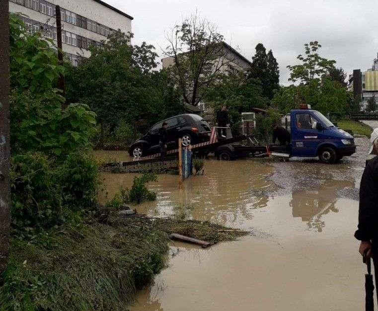 rezime: poplave napravile velike probleme u tuzli i okolici, mnoge ceste blokirane, kuće i mostovi u velikoj opasnosti