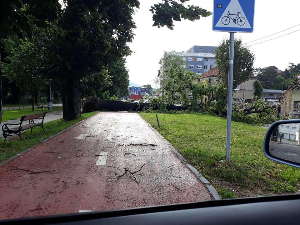 (foto) zbrajaju se štete / grmljavinsko nevrijeme praćeno jakim vjetrom i kišom pogodilo travnik
