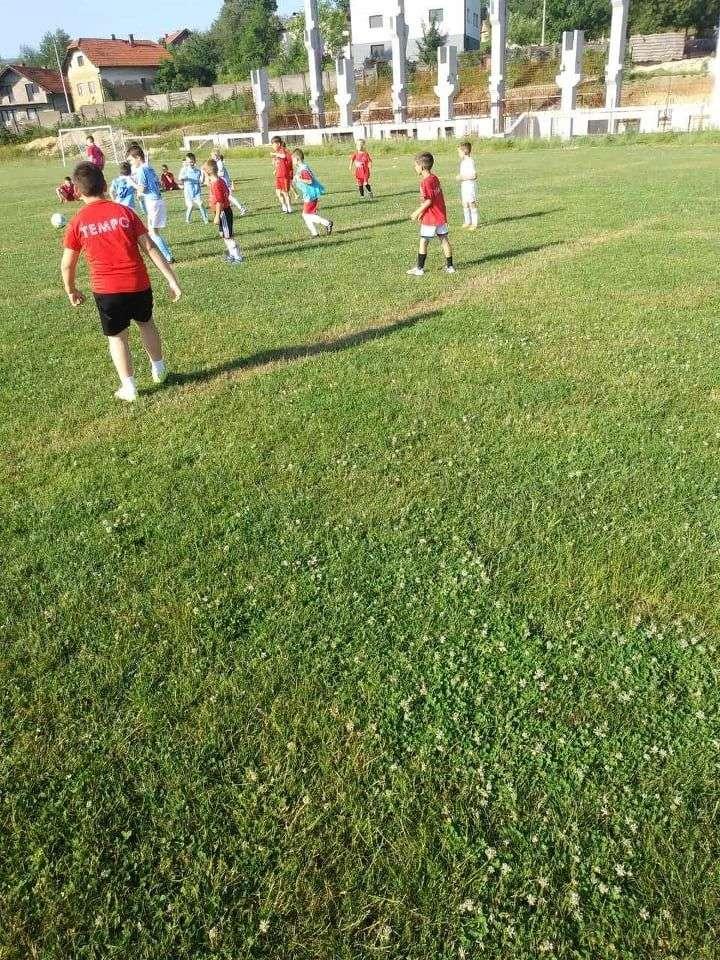 """u ilijašu druženje mladih nogometaša / preko sto dječaka šf""""tempo""""ilijaš i fk""""mladost"""" župča uživali u igri"""