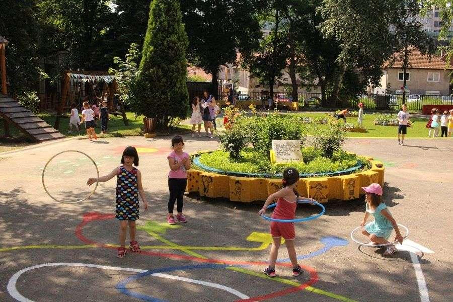 foto na inicijativu roditelja djece vrtića poletarac u tuzli realizovan projekat 'zeleni vrtić poletarac – rastimo zdravo'
