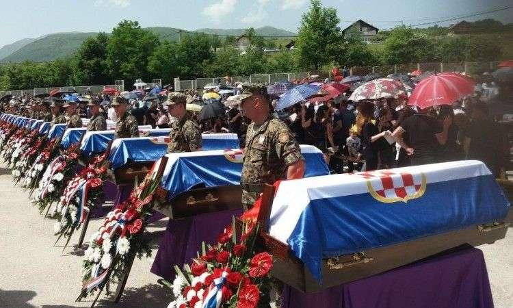 pokopano 16 hrvata ubijenih u selu bikoši kod travnika