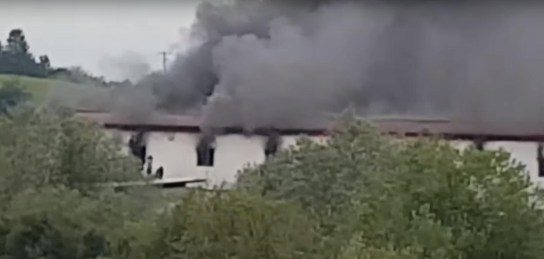 veliki požar u centru za migrante u kladuši, desetine povrijeđenih! (video)