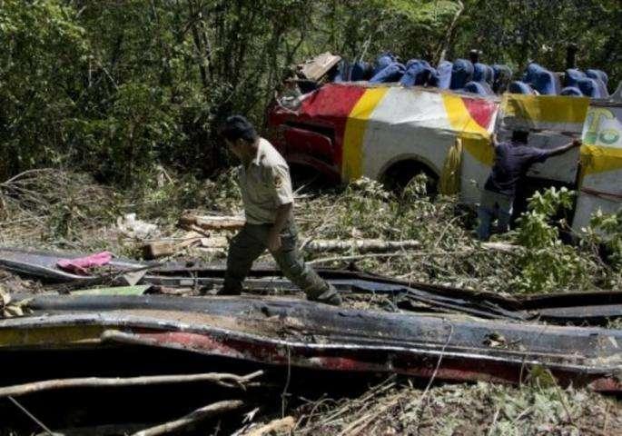 na filipinima kamion s 50 ljudi survao se u klanac, najmanje 13 mrtvih