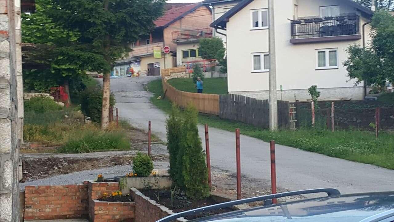 povratniku elviru bahati komšija lopatom polupao auto