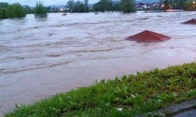 poplavljeno poljoprivredno zemljište uz rijeku spreču