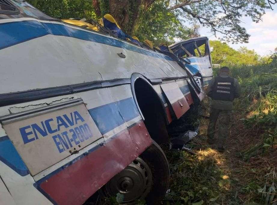 autobus se survao u provaliju, 18 mrtvih