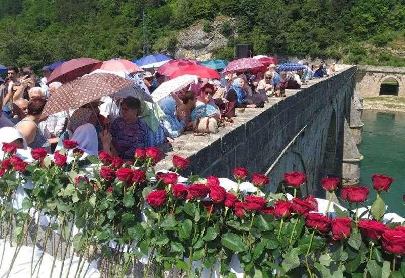 višegrad - u drinu spušteno 3.000 ruža za 3.000 ubijenih bošnjaka