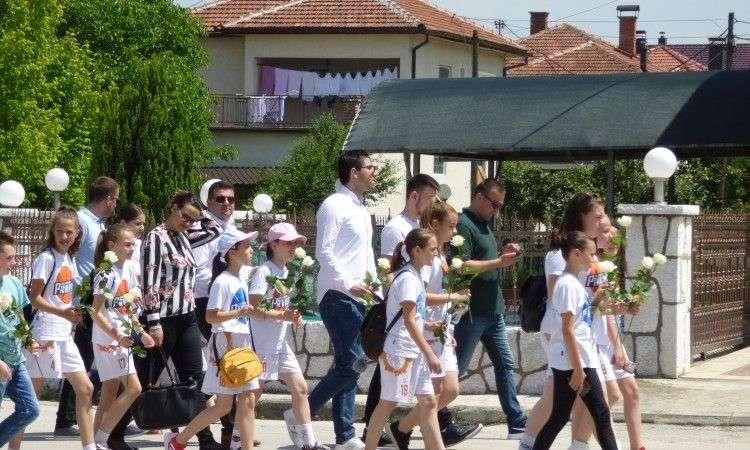 u vitezu organizrano mirno okupljanje pod sloganom 'šetnja za prekinutu mladost'