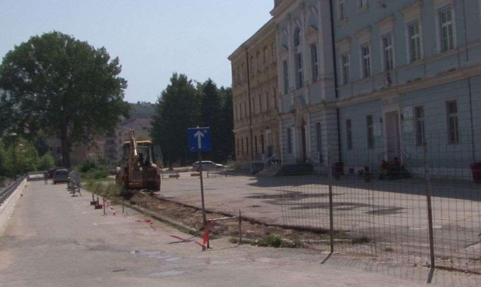 (foto) historijski dan za travnik / srušena ograda o kojoj se godinama pričalo i pisalo