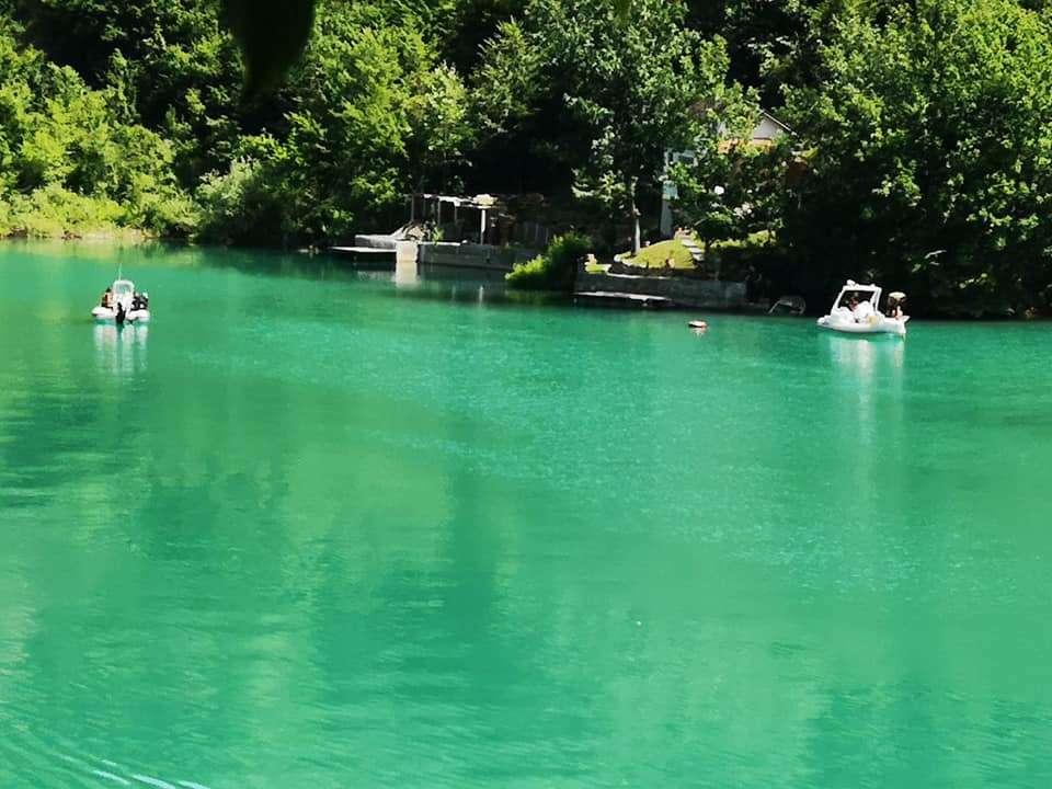 tragedija na pecanju/ pronađeno tijelo mladića koji se utopio u jablaničkom jezeru (foto)