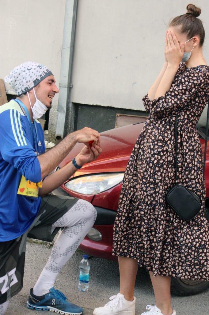 "Rekla je ""da"": Istrčao maraton, pa zaprosio djevojku (FOTO)"