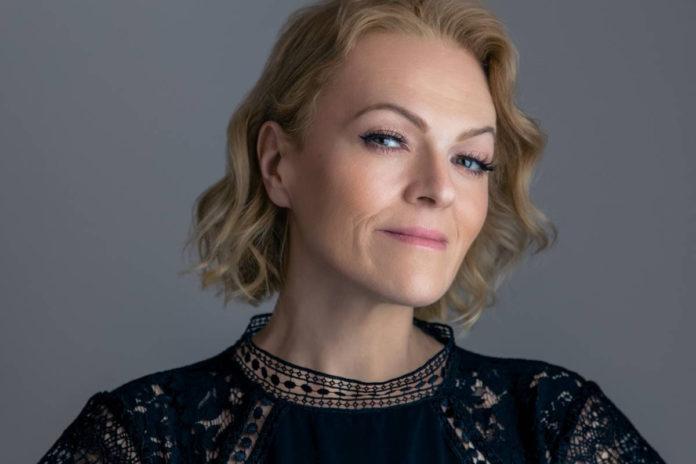Daria Hodnik predstavlja novu autorsku pjesmu Sjenka  koja je pomak prema modernijem i svježijem zvuku