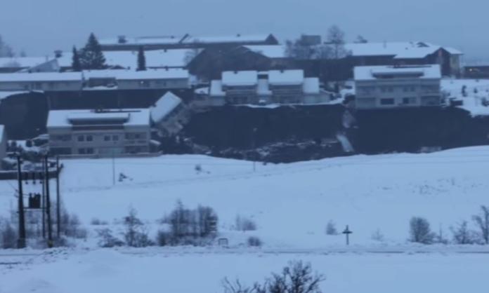 """Jezivo! Klizište """"progutalo"""" dio sela, kuće se ruše kao """"kule od karata"""" VIDEO"""