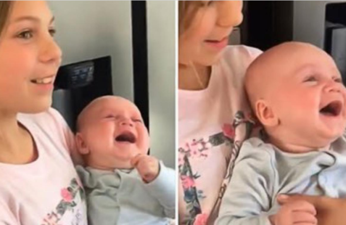 Ovu bebu baš sve nasmijava do suza, a njen zarazan smijeh uljepšat će vam dan