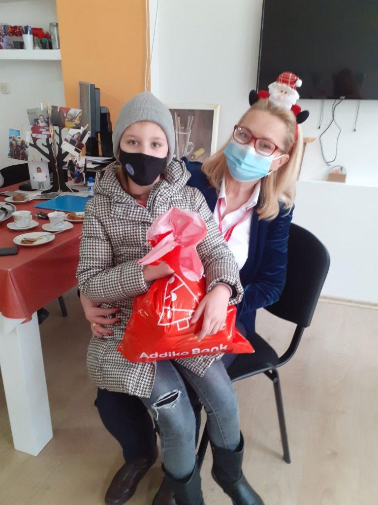 Zaposlenici Addiko banke poklanjaju paketiće mališanima u Jajcu i Travniku