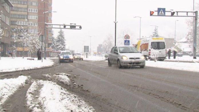 ZENICA: Apel građanima da ne parkiraju automobile na kolovoz
