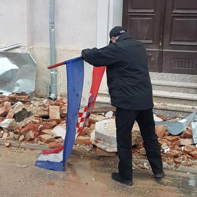 Policijac iz BiH iz blata spasio hrvatsku zastavu i stavio je na sigurno – Jabuka.tv