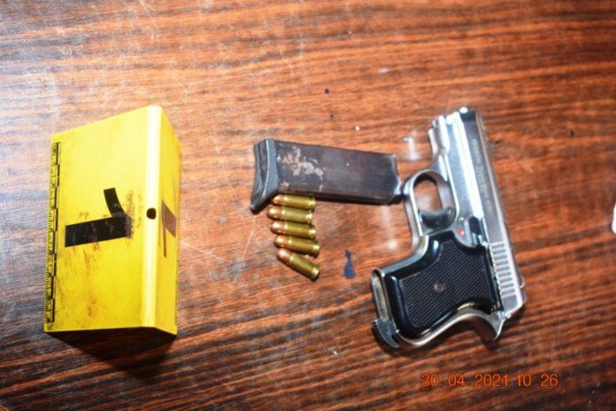 FOTO: Izvršenim pretresom u Zenici pronađena opojna droga i pištolj