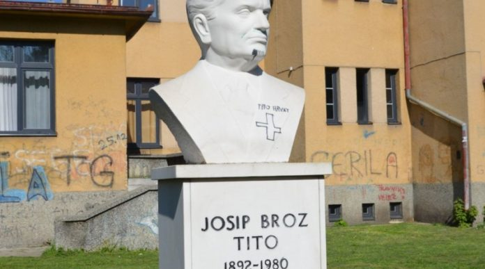"""Skrnavljena bista """"Josipa Broza Tita"""" u Travniku"""