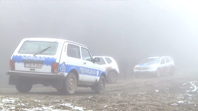 Motornom pilom napali policijske službenike pa bježali u traktoru