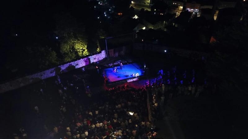 (FOTO/VIDEO) Amira Medunjanin još jednom oduševila publiku u Travniku