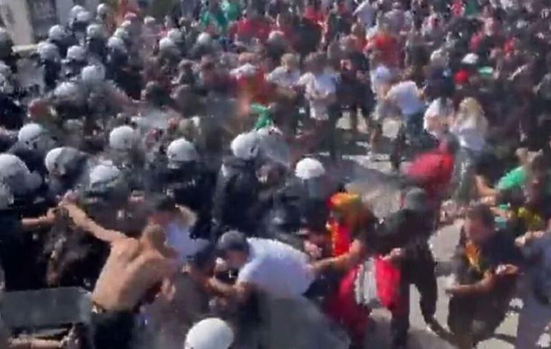 rastu tenzije u crnoj gori / letjele kamenice, probijen kordon policije